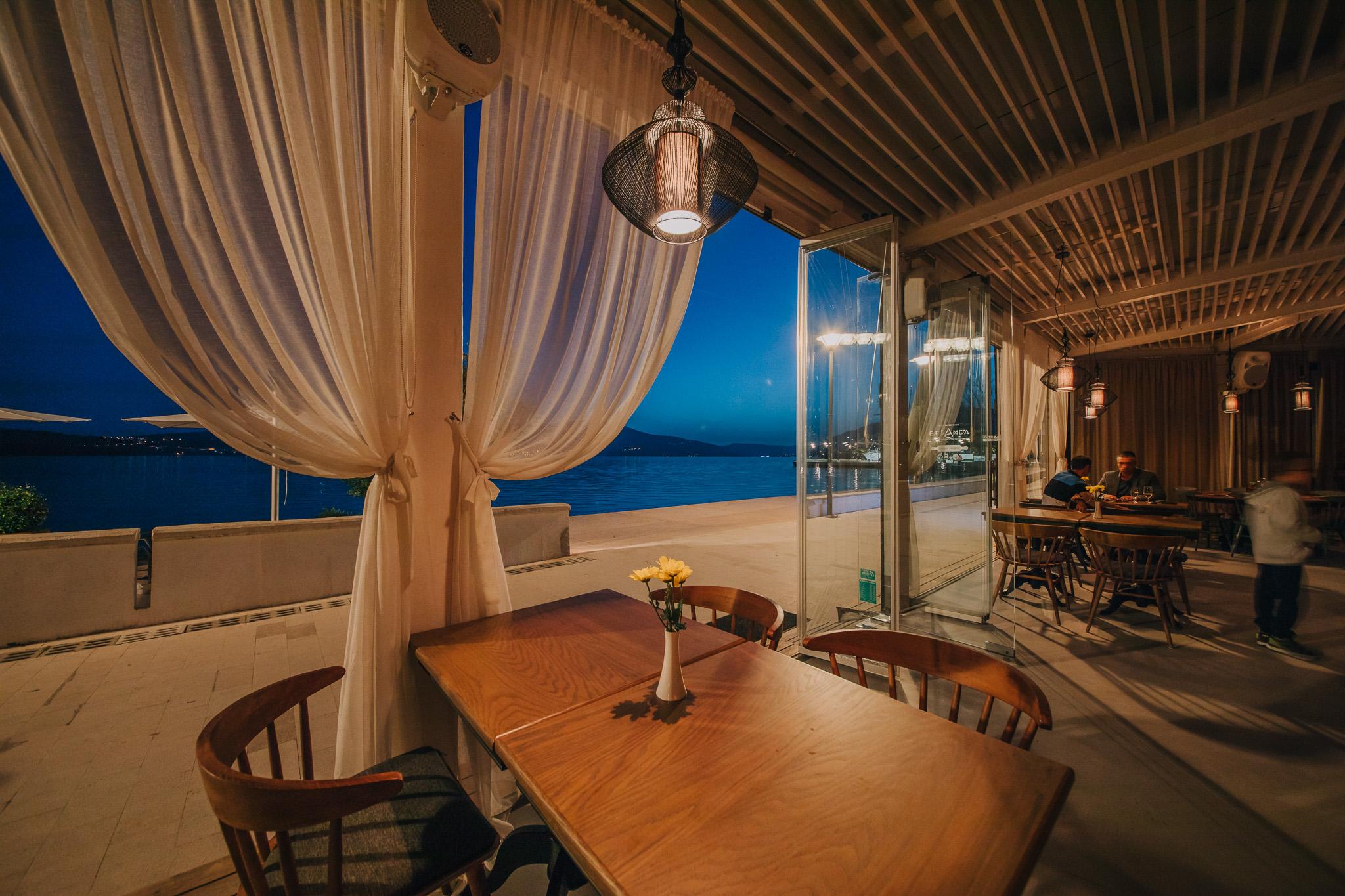 Pogled iz restorana Bevanda Tivat u sumrak