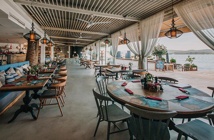 Unutraišnji ambijent sa pogledom na more u restoranu Bevanda Tivat