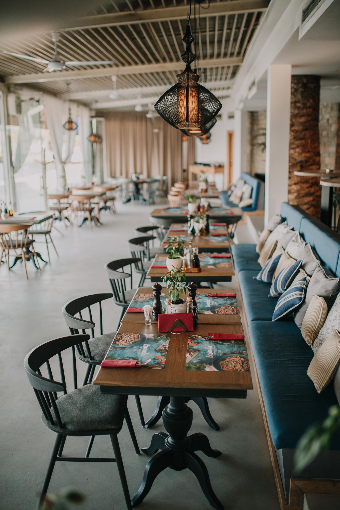 Fotografija stolova i ambijenta u restoranu Bevanda Tivat