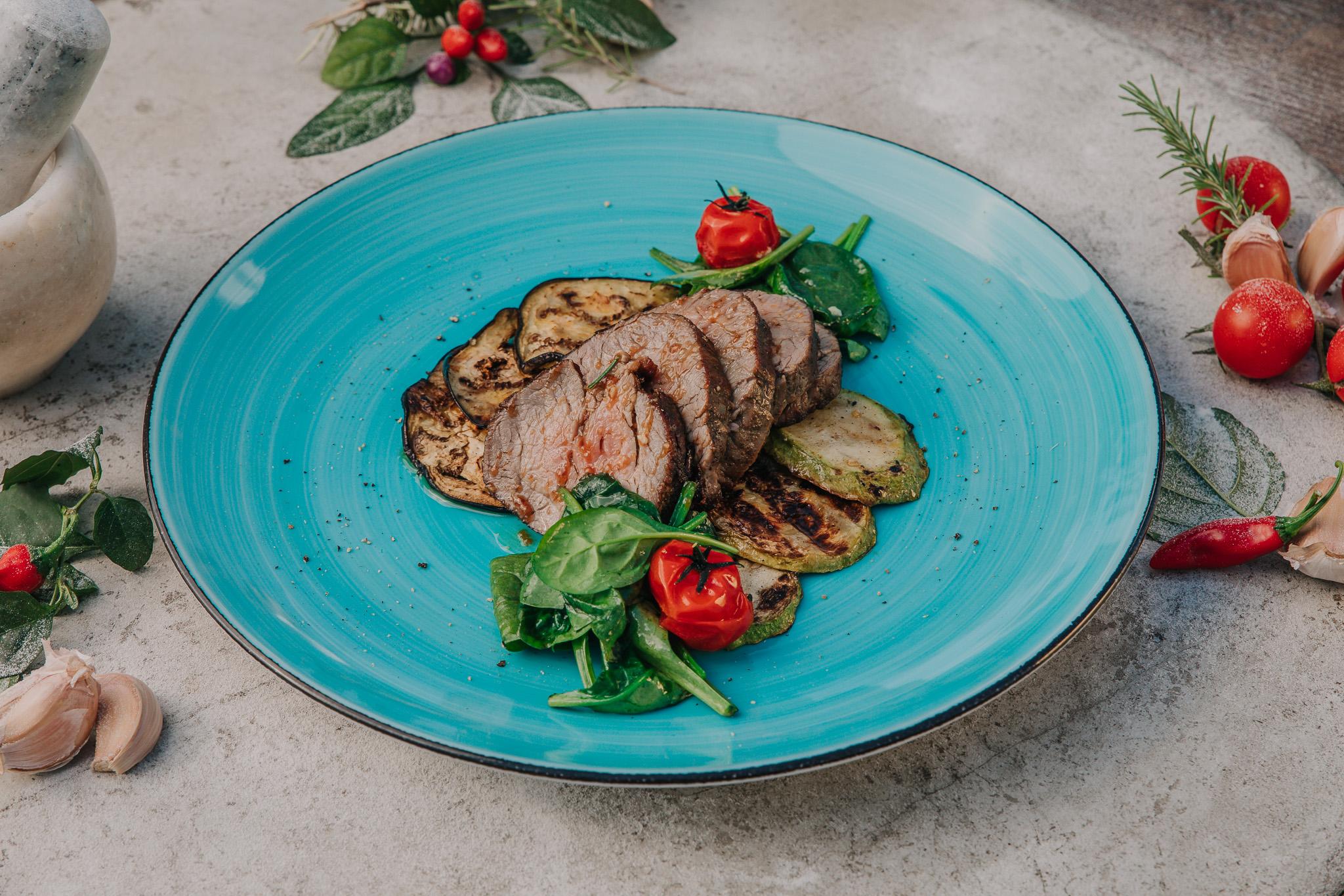 Biftek taljata u tanjiru poslužena u restoranu Bevanda Tivat
