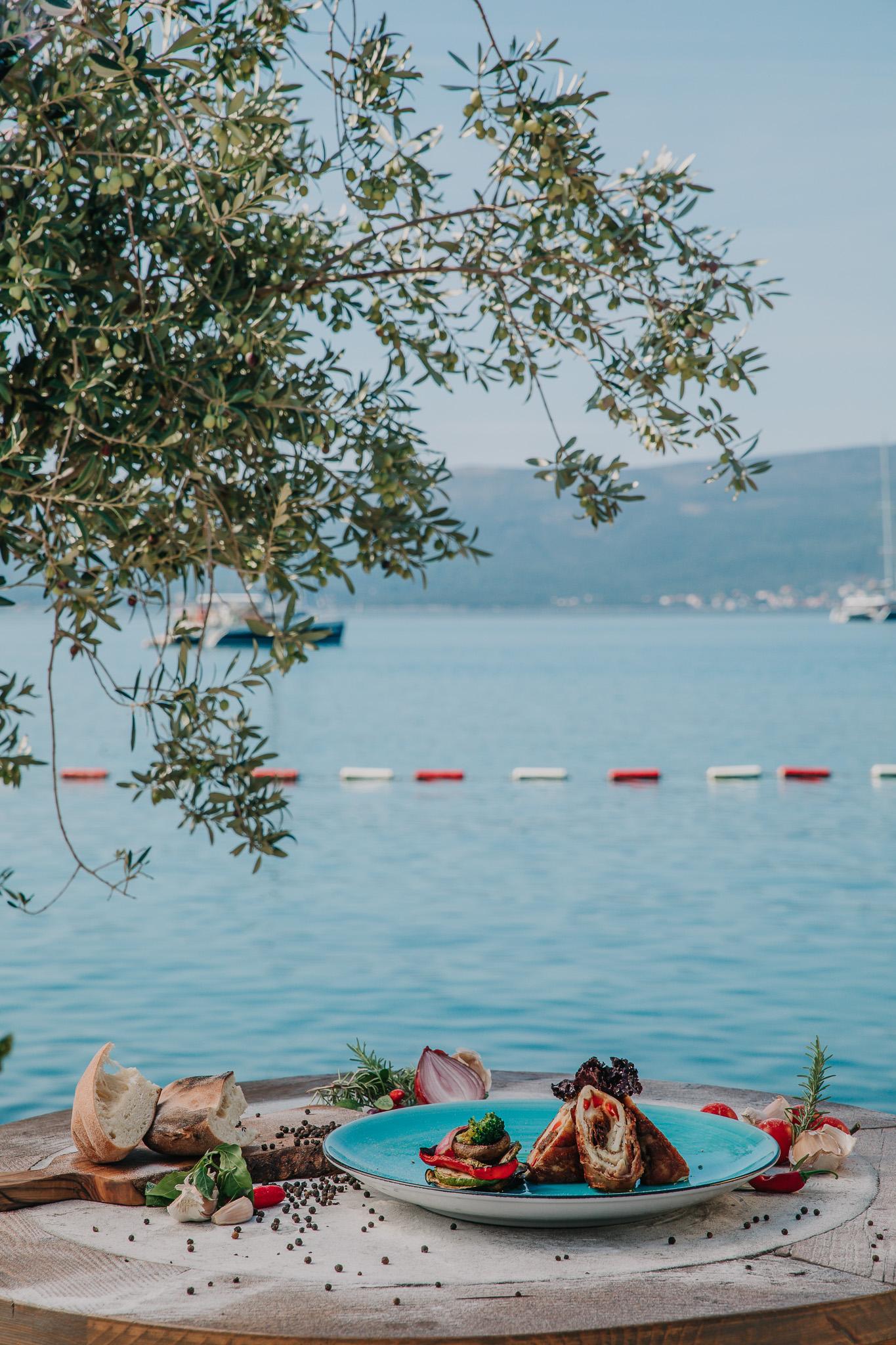 Rolovani batak sa pogledom na zaliv u pozadiini, u restroranu Bevanda Tivat