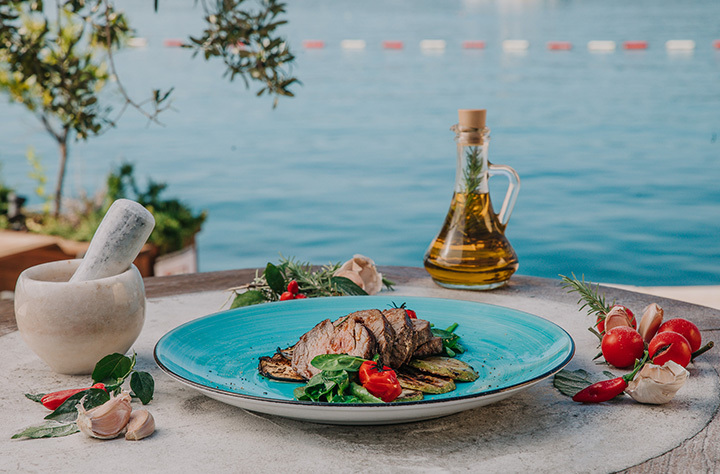 Biftek taljata u restoranu Bevanda Tivat, na pogledom na more u potadini.